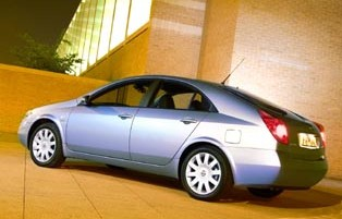 picture of nissan primera from the rear